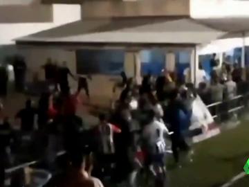 Al menos 15 heridos en una pelea multitudinaria entre aficionados y futbolistas en un partido en Sevilla