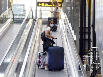 Una persona en el aeropuerto en Madrid