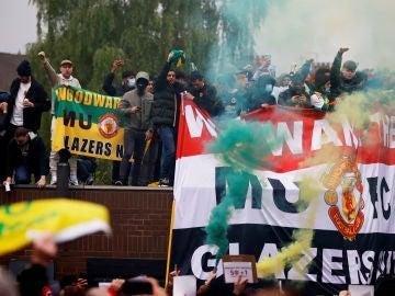 Los aficionados de los 'Diablos rojos' protestan por su intento de entrar en la Superliga