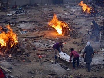 Imagen de archivo de funerales masivos a fallecidos por coronavirus en la India