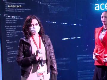 """La surrealista conversación entre Ayuso y el robot Sophia: """"Presidenta, ha venido usted muy guapa"""""""