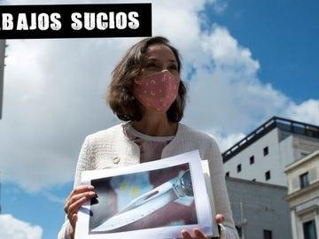 La ministra Reyes Maroto muestra la navaja recibida