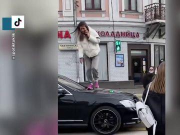 La reacción viral de una joven al subirse al capó de un coche que frena encima del paso de peatones