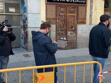 Un votante con el ordenador mientras espera su turno para entrar en el colegio electoral