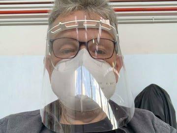 """La foto de Alberto Chicote con mascarilla y pantalla transparente en la mesa electoral: """"¡A contar!"""""""