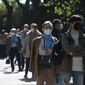 Votantes esperan su turno en el Colegio de Roma en Madrid