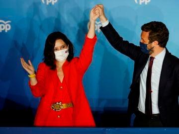 """Ayuso y Casado celebran el triunfo de la """"libertad"""" del PP y advierten a Sánchez: """"España empieza en Madrid"""""""