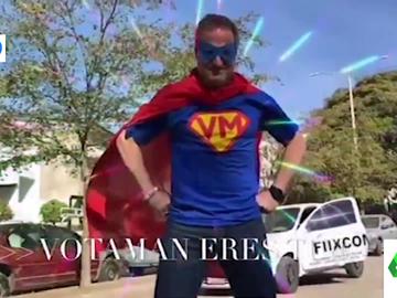 La surrealista campaña electoral de 'Votaman', el candidato mexicano que pide el voto disfrazado de superhéroe