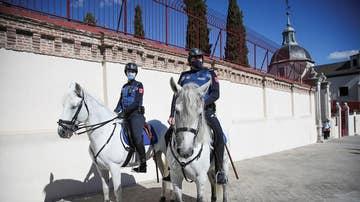 Dos efectivos de la policía montada municipal