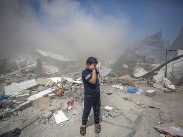 """Una madre palestina: """"Esta noche he dormido con mis hijos por si morimos, hacerlo todos juntos"""""""