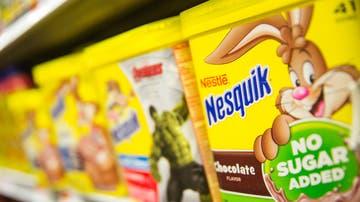 Un estante con productos de Nesquik