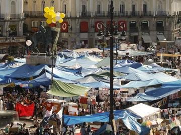 Vista parcial de las carpas levantadas por los acampados en la madrileña Puerta del Sol en 2011