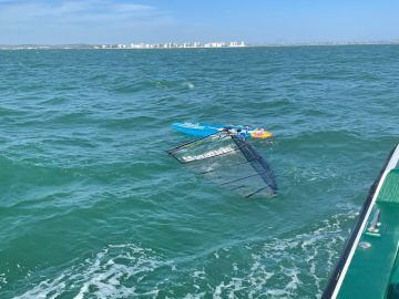 Rescatan a Paco Manchón, windsurfista de 74 años, en Cádiz