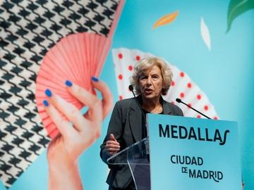 La exalcaldesa de Madrid Manuela Carmena, durante su intervención tras recibir la Medalla de oro de Madrid con motivo de la festividad de San Isidro