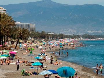 Numeroso público disfruta del buen tiempo en la playa de La Carihuela de Torremolinos, este sábado.