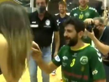 Nacho del Castillo le pide matrimonio a su novia en la celebración del ascenso