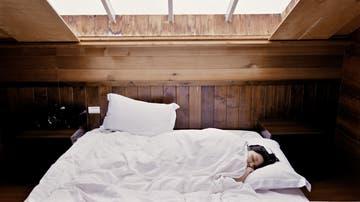 Imagen de archivo de una persona durmiendo en una cama.