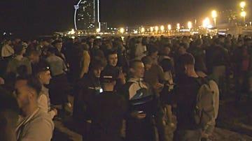 Las imágenes de la irresponsabilidad: aglomeraciones y botellones en Barcelona por segunda noche consecutiva