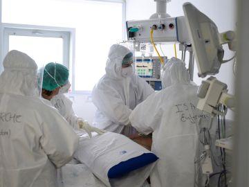 Sanitarios atienden a un paciente con coronavirus en una UCI (Archivo)