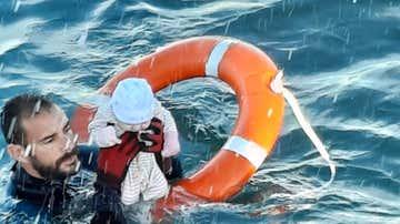 Un agente de la Guardia Civil rescata a un bebé en el mar frente a Ceuta