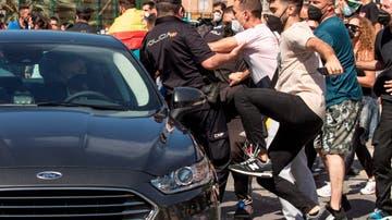 Manifestantes golpean uno de los coches de la comitiva oficial de Sánchez en Ceuta