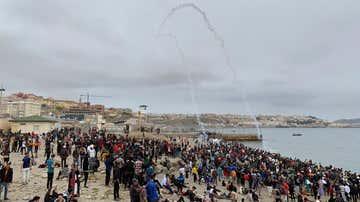 Cientos de personas esperan en la playa de la localidad de Fnideq (Castillejos) para cruzar los espigones de Ceuta este martes