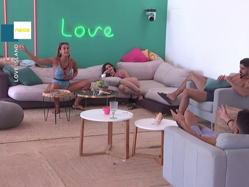"""Así son las monumentales broncas de Celia con sus compañeros que conquistan a Dani Mateo: """"Tiene que ganar Love Island"""""""