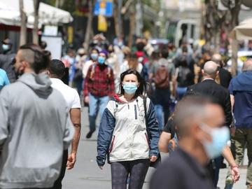 Personas con mascarilla caminan por la Gran Vía madrileña