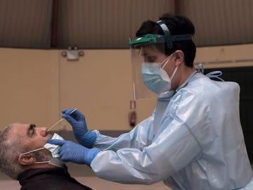 Una sanitaria realiza una prueba de coronavirus