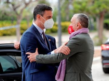 El presidente del Gobierno, Pedro Sánchez, saluda secretario general de UGT, Pepe Álvarez (d), a su llegada a la segunda jornada del 43 Congreso Confederal de UGT
