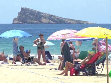 Imagen de personas en la playa