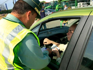 Un guardia civil pone una multa de tráfico.