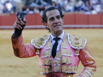 Iván Fandiño saluda en una de sus corridas
