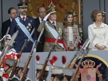 Los Reyes y los Príncipes durante el desfile de la Fiesta Nacional