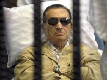 El expresidente egipcio Hosni Mubarak, asiste a un juicio desde una celda