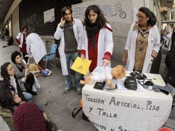Médicos residentes protestan en la calle