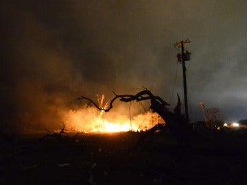 Vista del lugar de la explosión registrada en la inmediaciones de una planta de fertilizantes