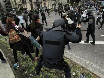 La Policía carga en Neptuno para dispersar a los manifestantes.