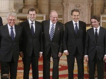 El rey Juan Carlos I, acompañado de los expresidentes del Gobierno