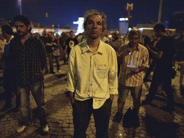 El coreógrafo Erdem Gunduz protestando de pie