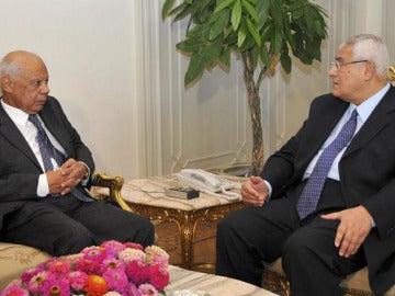 El presidente interino, Adli Mansur, durante un encuentro con el primer ministro Hazem Beblawi