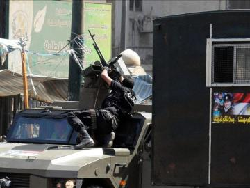 Fuerzas de seguridad egipcias en un vehículo armado este sábado en El Cairo.
