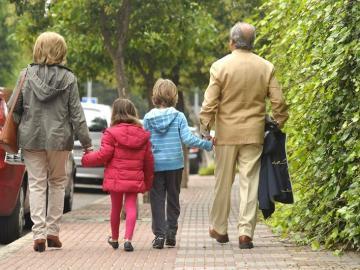 Unos abuelos con sus nietos (Archivo)