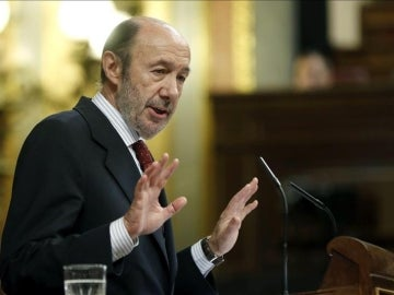 El líder del PSOE, Alfredo Pérez Rubalcaba, durante su intervención en el pleno del Congreso.