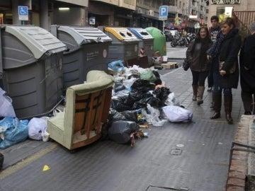 Basura acumulada en algunos contenedores de Alicante.