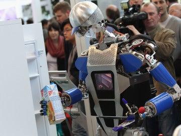 Un robot abriendo una nevera
