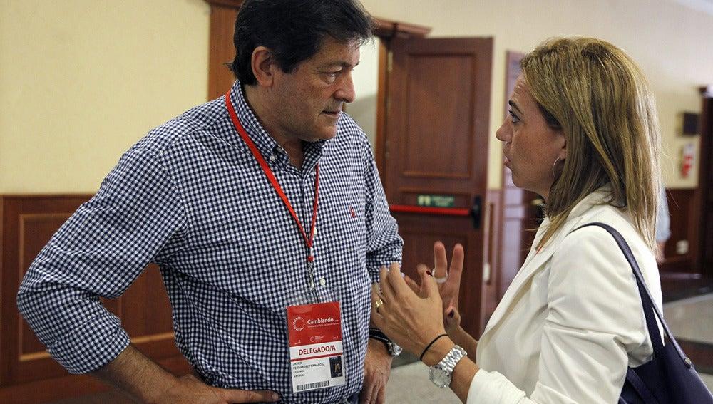 El presidente de Asturias, Javier Fernández, conversa con Carme Chacón