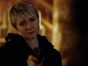 Emma desobedece las órdenes de mantener viva a Claire