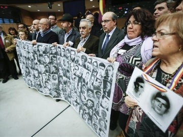 Imagen de archivo de familiares de las víctimas del franquismo