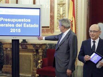 Cristóbal Montoro (d), entrega al presidente del Congreso, Jesús Posada, el proyecto de ley